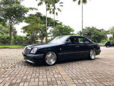 Butuh dana ingin jual Mercedes-Benz E-Class E 320 1997-1